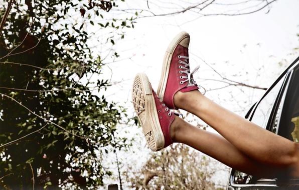 Картинка машина, небо, ноги, обувь, кеды, красные, кусты, shoes