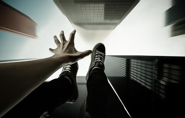 Картинка небо, полет, стиль, рука, небоскребы, падение, арт, парень, кроссовки