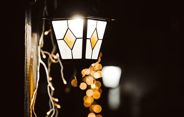 Картинка зима, стекло, макро, свет, огни, лампа, желтые, фонарь, гирлянда, праздники, боке