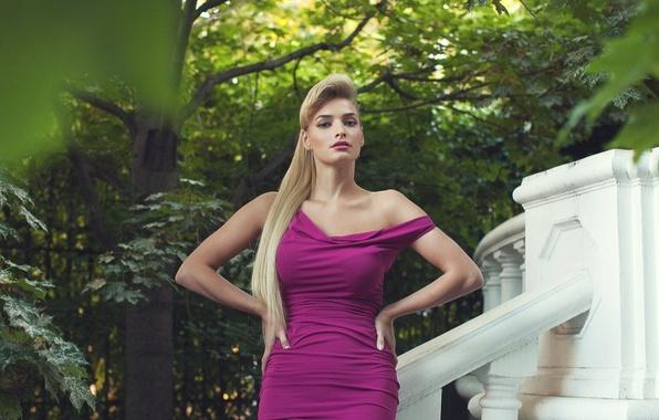 Картинка листья, девушка, парк, модель, фигура, платье, зеленые, прическа, блондинка, красавица, декольте, певица, клен, знаменитость, Татьяна …