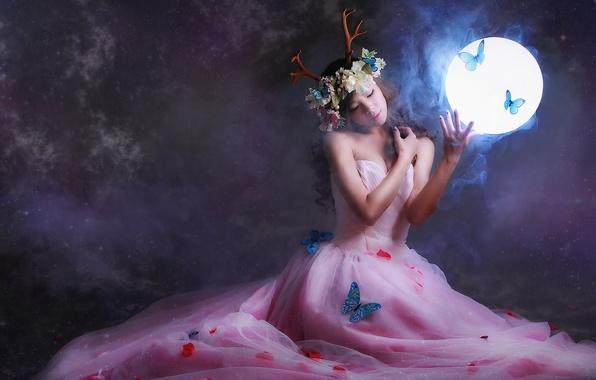 Картинка девушка, свет, бабочки, цветы, лицо, фон, волосы, круг, платье, рога