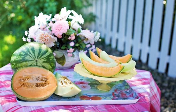 Картинка лето, цветы, стол, забор, арбуз, сад, ваза, дольки, скатерть, поднос, дыня