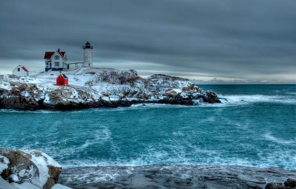 Картинка зима, море, небо, тучи, камни, маяк, постройки, скалистый берег