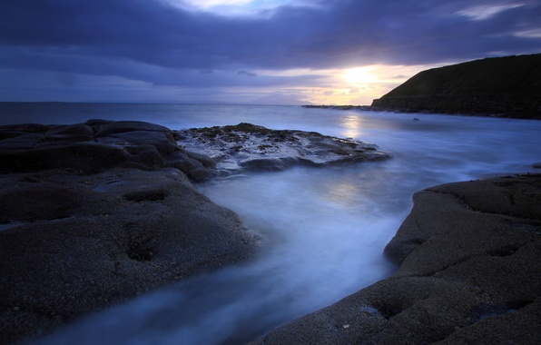 Картинка море, небо, солнце, закат, тучи, синева, камни, океан, берег, гора, Вечер, вдали