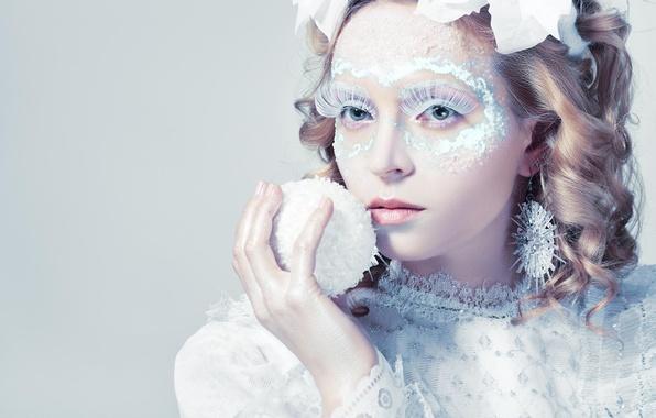 Картинка девушка, снег, украшения, серьги, макияж, блондинка, причёска, локоны, снежок