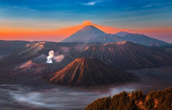 Картинка небо, горы, дым, остров, вулкан, sky, mountains, island, fantastic, Бромо, Ява, Java, volcano, eruption, Bromo, …