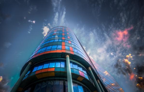Картинка небо, стекло, облака, город, отражение, здание, цвет