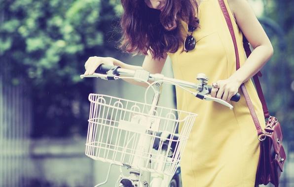 Картинка девушка, велосипед, улыбка, фон, корзина, настроения, платье, брюнетка, очки, желтое, HD wallpapers, обьои для рабочего …