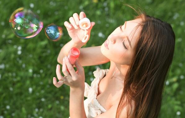 Картинка зелень, лето, трава, девушка, радость, природа, лицо, фон, настроения, позитив, брюнетка, мыльные пузыри, ярко, пузырики, …