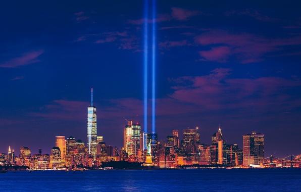 Картинка лучи, здания, Нью-Йорк, панорама, залив, статуя, мосты, ночной город, Манхэттен, небоскрёбы, Manhattan, New York City, …