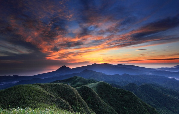 Картинка лес, небо, облака, закат, горы, оранжевый, природа, холмы, вид, высота, Вечер, панорама, дымка, синее