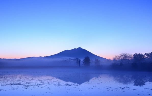 Картинка деревья, туман, озеро, отражение, гора, вечер, Япония, дымка, голубое небо, розовый закат