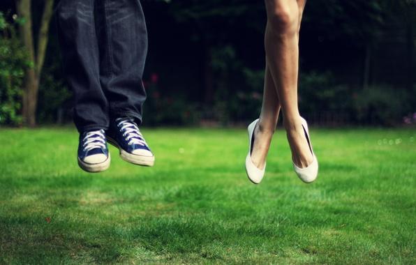 Картинка зелень, трава, девушка, пейзаж, природа, фон, прыжок, ноги, настроения, кеды, джинсы, луг, мужчина, взлет, синие, …
