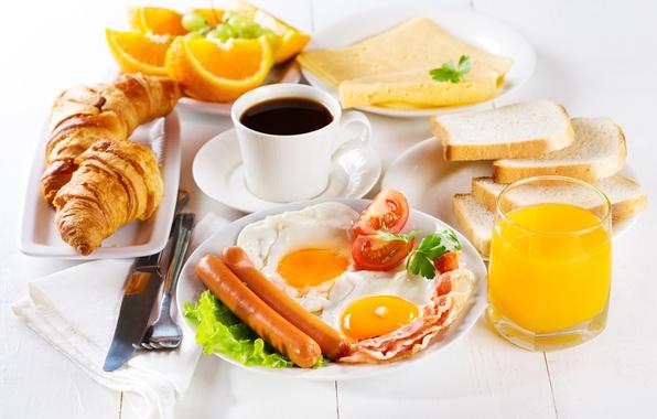 Картинка сосиски, кофе, апельсины, завтрак, сыр, сок, хлеб, яичница, помидоры, бекон, тосты, круассаны, рогалики