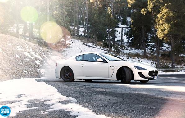 Картинка лес, белый, снег, деревья, Maserati, занос, суперкар, вид сбоку, GranTurismo, мазерати, top gear, высшая передача, …