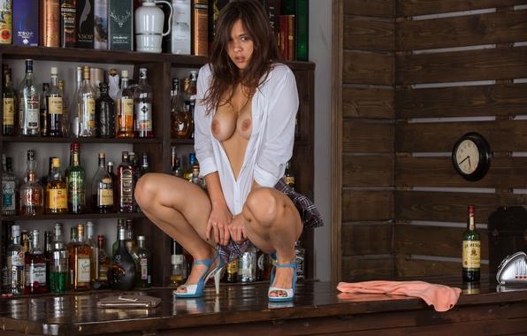 В клубе на барной стойке без трусиков