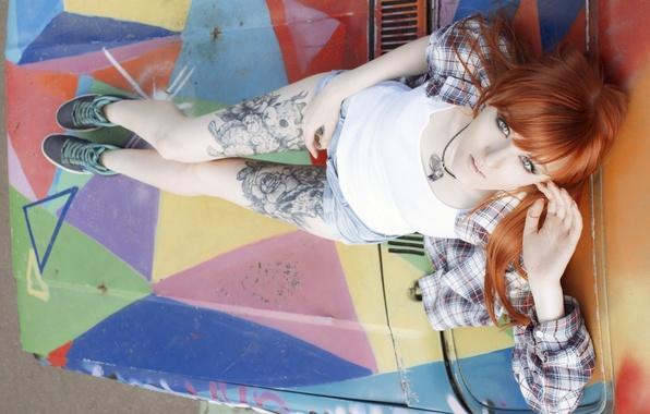 Картинка взгляд, девушка, шорты, кеды, майка, тату, рыжая, girl, рубашка, татуировки, model, Алиса Осокина