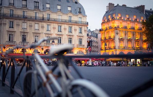 Картинка город, Франция, Париж, здания, дома, вечер, ограда, подсветка, площадь, Paris, архитектура, France, велосипеды