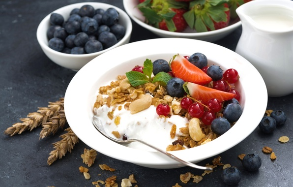 Картинка ягоды, завтрак, клубника, орехи, мята, смородина, голубика, мюсли, йогурт