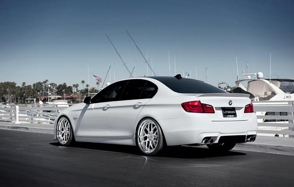 Картинка бмв, яхты, BMW, причал, белая, white, задняя часть, F10, 5 Series