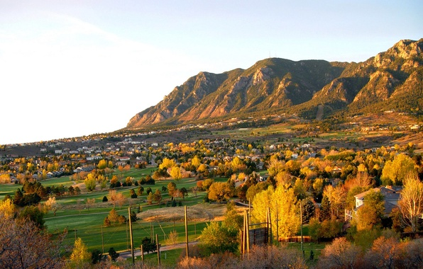 Картинка поле, осень, небо, трава, деревья, закат, горы, природа, село, дома, городок, поселок