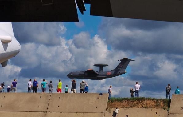 Картинка красный, люди, техника, самолёт, военный, А-50, Ильюшин, дальнего, обнаружения, радиолокационного, пролёт, демонстрационный, управления.низкий