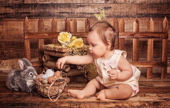 Картинка цветы, праздник, корзина, игрушка, доски, забор, розы, яйца, кролик, Пасха, девочка, ребёнок