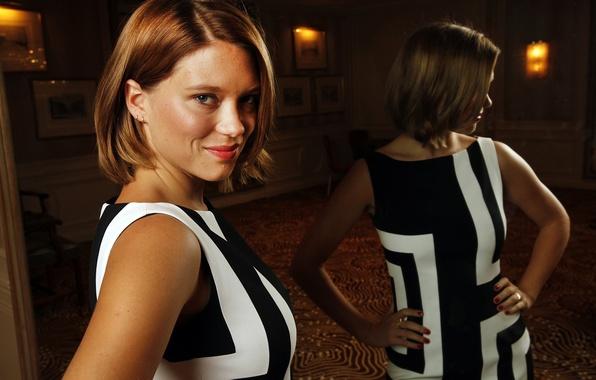 Картинка поза, улыбка, отражение, макияж, платье, актриса, зеркало, прическа, фотосессия, Lea Seydoux, Леа Сейду, LA Times, …