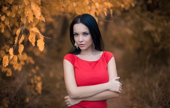 Картинка осень, взгляд, листья, девушка, лицо, красное, портрет, серьги, платье, брюнетка, прикосновение, красивая, прелесть, жест, голубоглазая, …