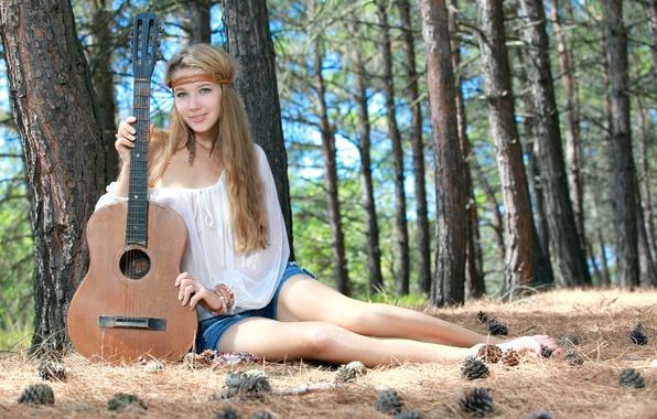 Картинка лес, девушка, милая, модель, шорты, гитара, перья, блондинка, красивая, сидит, шишки, смотрит, зеленые глаза, улыбается, …