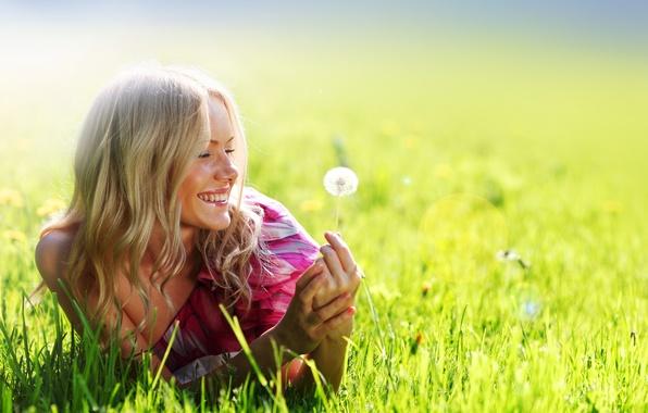 Картинка поле, лето, девушка, улыбка, одуванчик, платье, розовое, блондинка