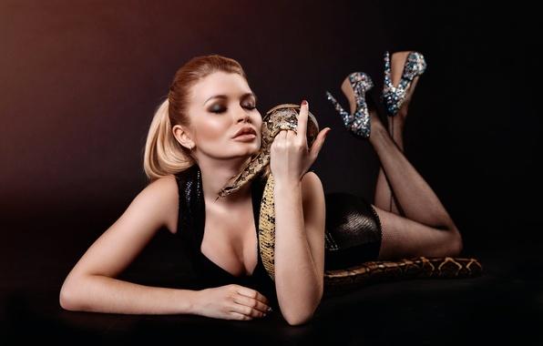 Картинка девушка, близость, змея, декольте, ножки, Snake