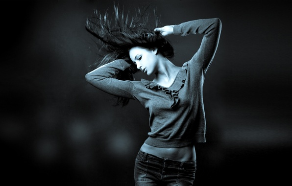 Фото обои энергия, девушка, синий, серый, движение, спорт, танец, джинсы, брюнетка