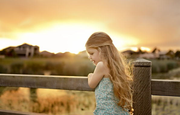 Картинка природа, дети, дом, фон, движение, widescreen, обои, настроения, забор, ребенок, растения, ограждение, девочка, wallpaper, малышка, ...