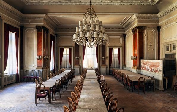 Картинка комната, стулья, столы, люстра