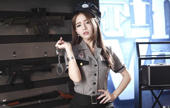 Картинка взгляд, девушка, лицо, стиль, оружие, форма, азиатка, наручники