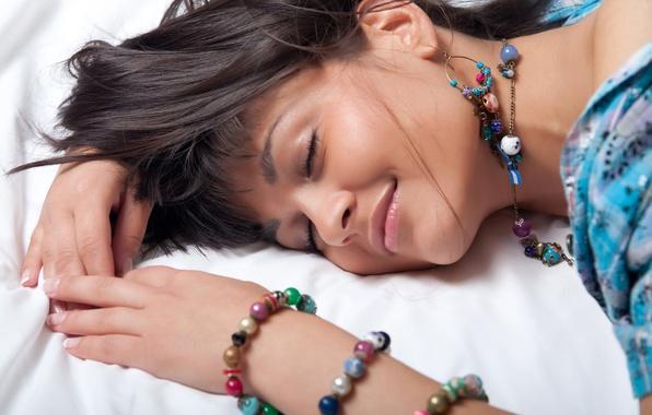 Картинка девушка, украшения, улыбка, серьги, бусы, шатенка, браслеты, локоны, очарование, landysh A