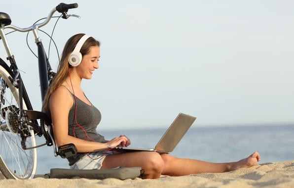 Картинка море, пляж, лето, девушка, радость, велосипед, улыбка, музыка, настроение, отдых, релакс, романтика, позитив, размытость, наушники, …