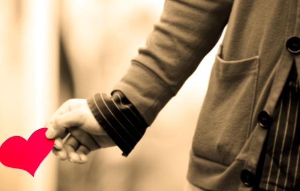 Картинка любовь, человек, чувства, рука, пуговицы, рубашка, кофта, ногти, карман, розовое бумажное сердце