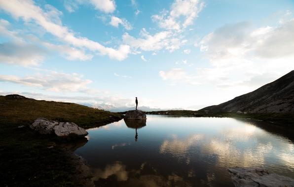 Картинка облака, горы, озеро, отражение, зеркало, мужчина, голубое небо