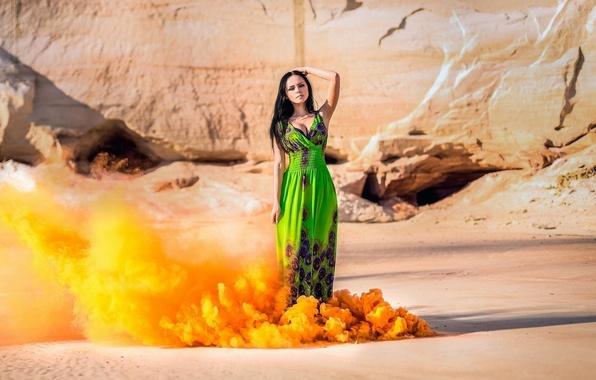 Картинка песок, девушка, солнце, оранжевый, скалы, дым, фигура, платье, брюнетка, клубы