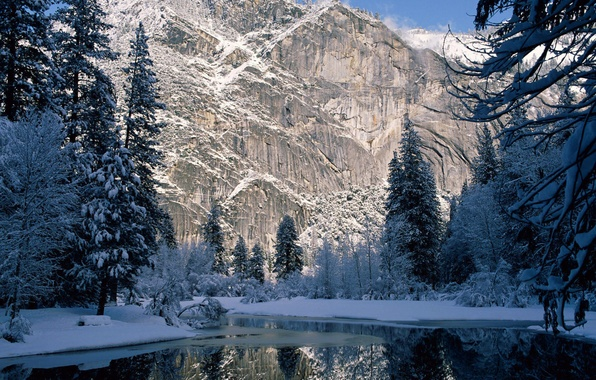 Картинка зима, снег, деревья, горы, скала, река, ель