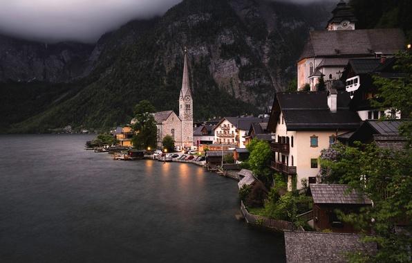 Картинка лес, деревья, горы, огни, озеро, скалы, берег, дома, вечер, Австрия, сумерки, Hallstatt