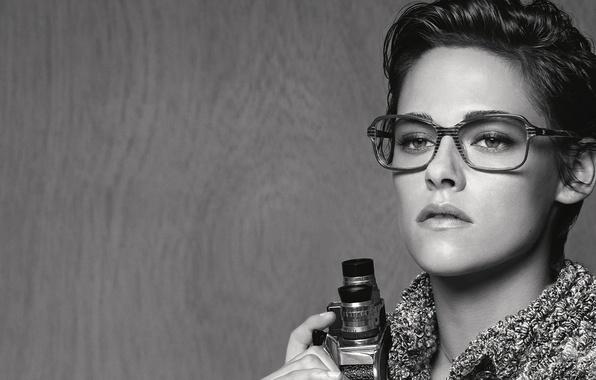 Картинка взгляд, актриса, очки, прическа, фотограф, черно-белое, Kristen Stewart, Кристен Стюарт, фотосессия, бренд, видеокамера, 2015, Chanel …