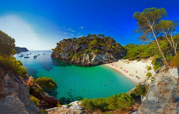 Картинка море, пляж, скалы, бухта, яхты, лодки, Испания, Менорка, Macarelleta