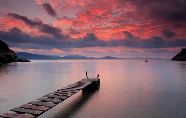 Картинка небо, вода, закат, горы, оранжевый, яркий, тучи, озеро, гладь, тишина, Вечер, парус, деревянный, мостик, вдали