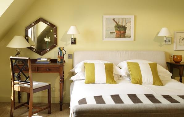Картинка отражение, книги, лампа, кровать, картина, подушки, зеркало, стул, постель, светильник, столик