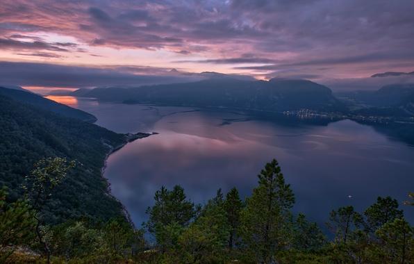 Картинка небо, облака, деревья, закат, горы, природа, город, огни, озеро, вид, высота, вечер, Норвегия, панорама, фьорд