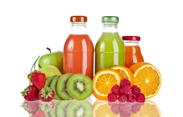 Картинка отражение, малина, апельсины, киви, клубника, натуральный сок, бутылочки