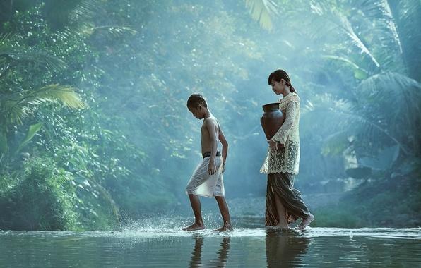 Картинка вода, дети, река, ручей, мальчик, деревня, джунгли, девочка, girl, кувшин, jungle, water, идут, boy, village, …
